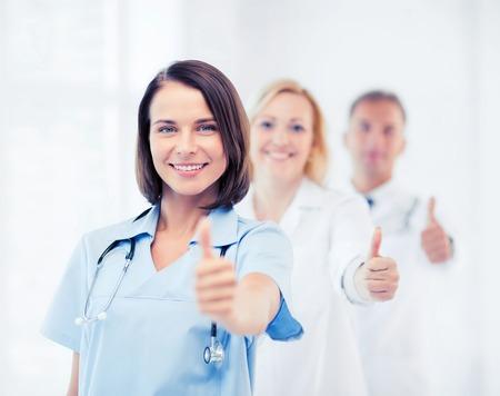 -健康・医療の概念を示す医師のチームは親指します。