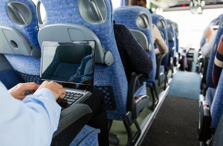 运输: 交通,旅遊,出差和人民的理念 - 特寫的人在旅遊巴士的筆記本電腦打字