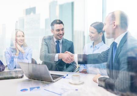 비즈니스, 기술, 사무실 개념 - 사무실에서 두 웃는 사업가 악수