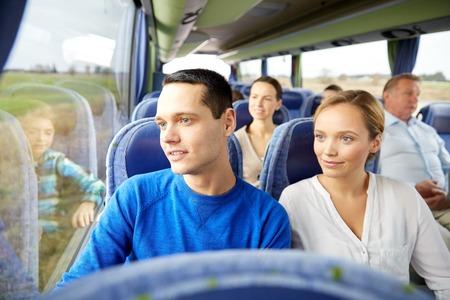 transport, tourisme, voyage sur la route et les gens concept - couple heureux avec un groupe de passagers heureux ou touristes en bus Voyage Banque d'images