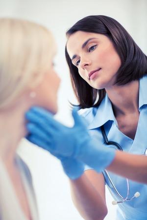 nariz: la asistencia sanitaria, médica y plástico concepto de la cirugía - cirujano plástico o un médico con el paciente
