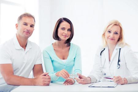pacientes: la asistencia sanitaria y médica - doctor que da píldoras a los pacientes