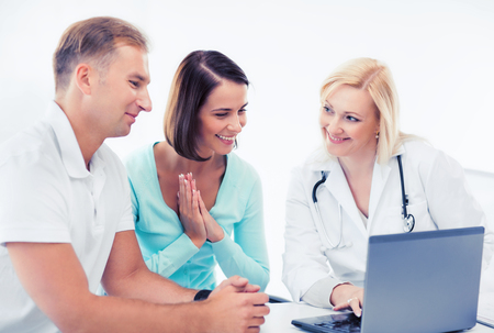 pacientes: healthcare, medical and technology - doctor with patients looking at laptop
