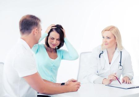pacjent: opieka zdrowotna, medycyna i technologia - lekarza z pacjentem w szpitalu