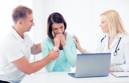 pacientes: la asistencia sanitaria, médica y tecnología - médico con los pacientes en el hospital