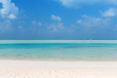 cielo y mar: travel, tourism, vacation and summer holidays concept - sea and sky on maldives beach