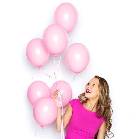 chicas adolescentes: la belleza, la gente, el estilo, las vacaciones y el concepto de moda - mujer joven feliz o chica adolescente en vestido rosa con globos de aire de helio Foto de archivo