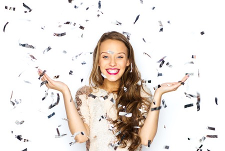 las personas, las vacaciones, la emoción y el glamour concepto - mujer niña o adolescente joven feliz en traje de fantasía de lentejuelas y confeti en el partido
