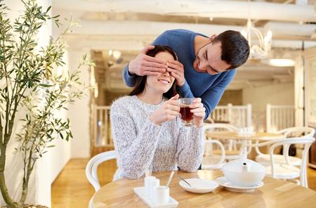 사람들, 깜짝와 데이트 개념 - 카페 또는 레스토랑에서 차를 마시는 행복 한 커플