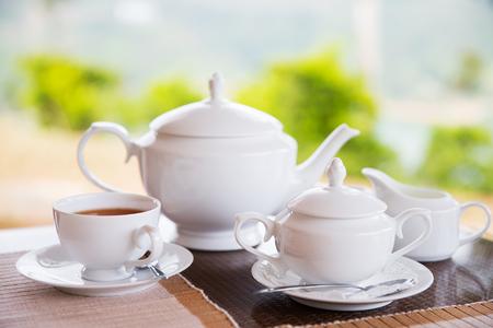 ティータイム、ドリンクやオブジェクトの概念 - レストランや喫茶店でテーブルにお茶サービスのクローズ アップ 写真素材