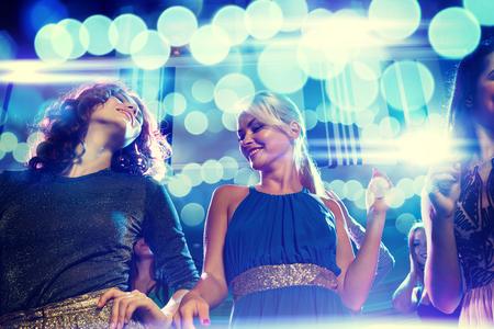 Party, Urlaub, Feiern, Nachtleben und Menschen Konzept - lächelnde Freunde tanzen im Club