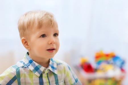 la niñez y la gente concepto - feliz poco bebé en casa