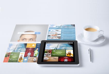 imprese, mass media e il concetto di tecnologia - computer pc tablet con tazza applicazione notizie internet di caffè