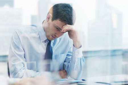 ビジネス、人および危機概念 - ビジネスマンのオフィスで悲しいと解決問題を座っています。 写真素材