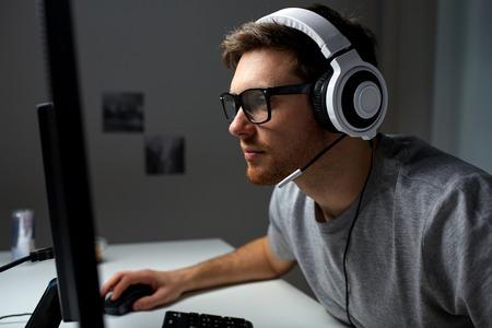 技術、ゲーム、エンターテイメント、再生して人々 のコンセプト - ヘッドセットと家でゲームのスルー再生やチュートリアル ビデオをストリーミン