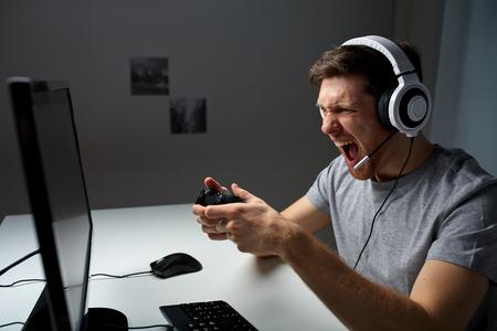 技術、ゲーム、エンターテイメント、let's プレイし、コンセプト - ゲームパッド コント ローラー自宅でコンピューター ゲームを遊ぶとスルー再