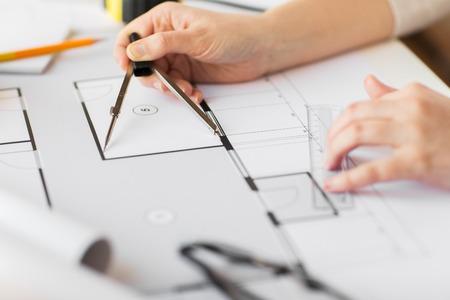 zaken, architectuur, de bouw, de bouw en de mensen concept - close-up van architect handen met kompas meet levende huisblauwdruk
