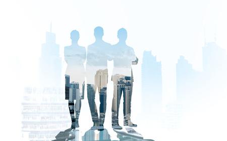 ビジネス、チームワークと人コンセプト - 二重露光効果と都市背景の上のビジネス人々 のシルエット