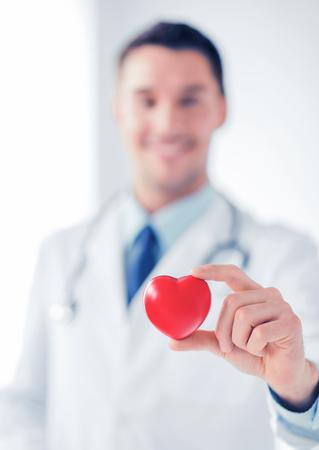 electrocardiograma: Doctor de sexo masculino con el corazón
