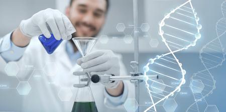 experimento: Cerca de científicos llenar los tubos de ensayo con embudo y hacer la investigación en laboratorio clínico sobre la estructura de la molécula de ADN