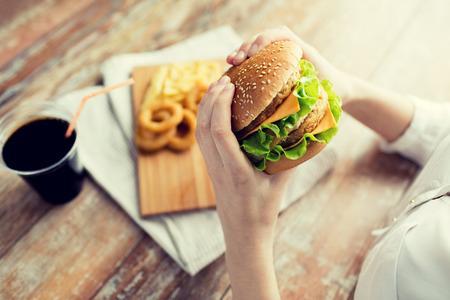 calamar: Cierre, arriba, mujer, manos, tenencia, hamburguesa, cheeseburger
