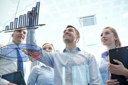 비즈니스, 사람들, 팀워크 및 계획 개념 - 비즈니스 팀 미소 사무실에서 게시판 차트 그리기
