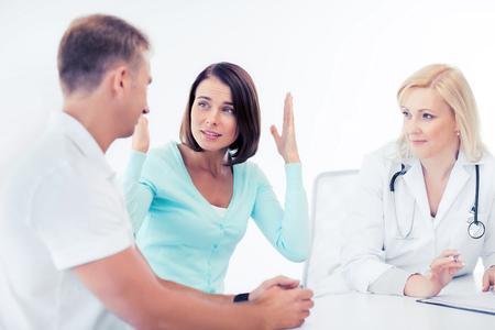 personas enojadas: cuidado de la salud y el concepto médico - médico con los pacientes en el gabinete
