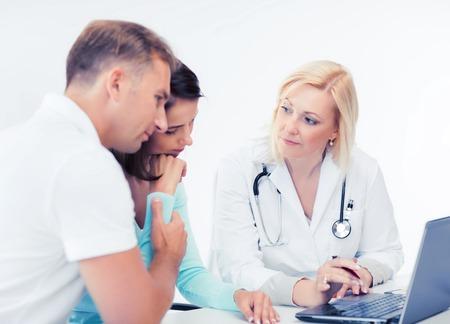pacjent: opieka zdrowotna, medycyna i technologia - lekarz z pacjentów patrząc na laptopa