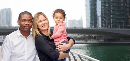 Famille, Voyage, tourisme et concept international - mère multiraciale heureux, père et petit enfant sur dubai rue de la ville de fond Banque d'images - 61620370