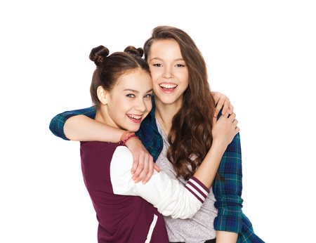 amigos abrazandose: personas, amigos, adolescentes y concepto de la amistad - feliz sonriente Adolescentes bonitos que abrazan Foto de archivo