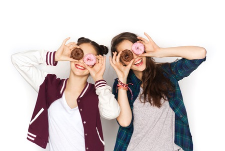mujeres fashion: people, friends, teens and friendship concept - happy smiling pretty teenage girls with donuts making faces and having fun