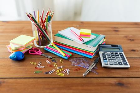 教育、学校用品、芸術、創造性、オブジェクト概念 - は、木製のテーブルに文房具のクローズ アップ