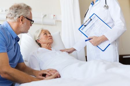 병원 병동에서 클립 보드 수석 여자, 남자와 의사 - 의학, 나이, 건강 관리 및 사람들이 개념 스톡 콘텐츠