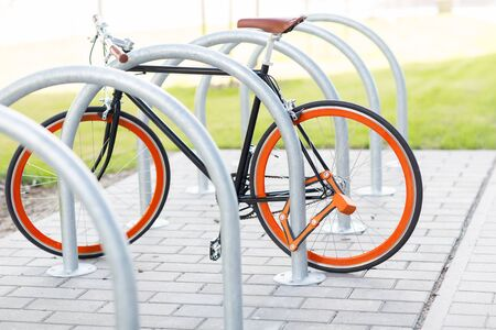 clavados: transport, storage, security and safety concept - close up of fixed gear bicycle locked at street parking outdoors Foto de archivo