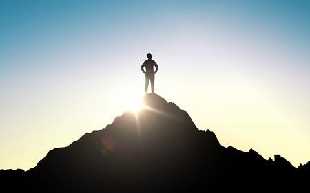 negocio, éxito, liderazgo, logro y el concepto de la gente - silueta del hombre de negocios en la parte superior de la montaña sobre el cielo y la luz del sol de fondo