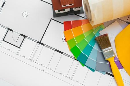 paleta de pintor: arquitectura, edificio, construcción, bienes raíces y el hogar concepto - cerca de la casa en que vivían modelo de plano con las herramientas de reparación