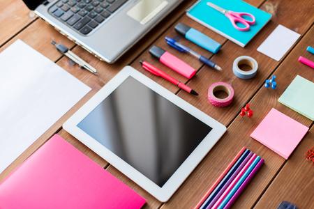 papeleria: educación, útiles escolares, el arte, la creatividad y el objeto concepto - cerca de la papelería y PC de la tablilla en mesa de madera