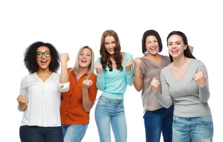 Жест, успех, дружба, положительный тело и концепция людей - группа счастливых женщин разных размеров в повседневной одежде празднует победу