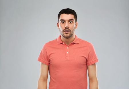 감정, 광고 및 사람들이 개념 - 회색 배경 위에 폴로 t 셔츠에 놀된 사람 스톡 콘텐츠