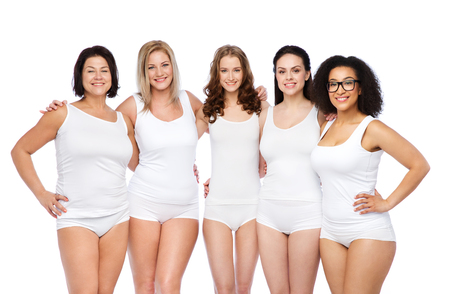 mujeres felices: amistad, belleza, cuerpo positivo y concepto de la gente - grupo de mujeres felices diferentes en ropa interior blanca Foto de archivo
