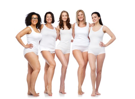 ropa interior: amistad, belleza, cuerpo positivo y concepto de la gente - grupo de mujeres felices diferentes en ropa interior blanca Foto de archivo