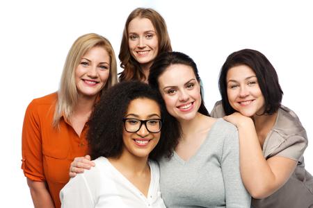 우정, 패션, 신체 긍정적이 고, 다양 한 사람들이 개념 - 캐주얼 의류에 행복 한 다른 여자의 그룹 스톡 콘텐츠