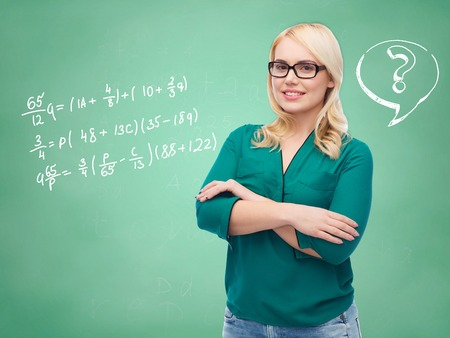 alumnos en clase: vision, optics, education and people concept - smiling young woman with eyeglasses over doodles on green chalk board background