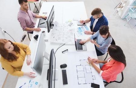 negocios internacionales: negocio, puesta en marcha y el concepto de la gente - equipo creativo con las computadoras, modelo y esquema en la oficina