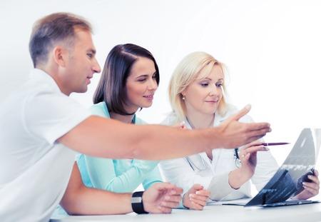 Pacjent: koncepcja opieki zdrowotnej i medycznej - lekarz z pacjentów patrząc na x-ray Zdjęcie Seryjne