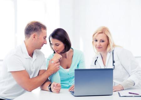 pacientes: la asistencia sanitaria, m�dica y tecnolog�a concepto - m�dico con los pacientes mirando port�til