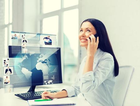 la educación, la escuela, la empresa, la comunicación y la tecnología concepto - la sonrisa de negocios o estudiante con teléfono inteligente hablar