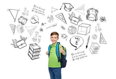 mochila escolar: la infancia, la escuela, la educación, el aprendizaje y el concepto de la gente - sonriente feliz del estudiante con mochila escolar con garabatos Foto de archivo