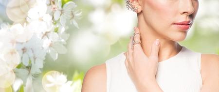 글 래 머, 아름다움, 보석 및 럭셔리 개념 - 황금 반지와 다이아몬드 귀걸이여 아름 다운 여자의 가까이 자연 봄 벚꽃 스톡 콘텐츠