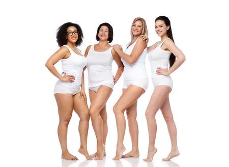 友情、美しさ、肯定的なボディと人コンセプト - 幸せな女性の白い下着姿で別のグループ 写真素材